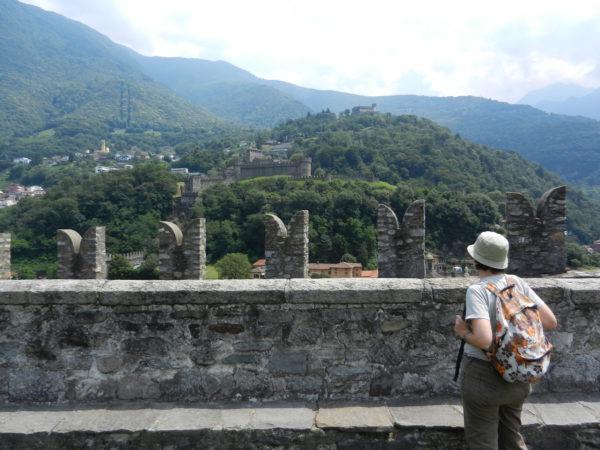 Der Blick vom Castelgrande auf die beiden anderen Burgen von Bellinzona: das Castello di Montebello und das Castello di Sasso Corbaro
