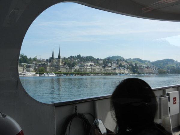 Unterwegs gibt's einiges zu sehen: Luzerns Hotelkästen und die Türme der Hofkirche, ...