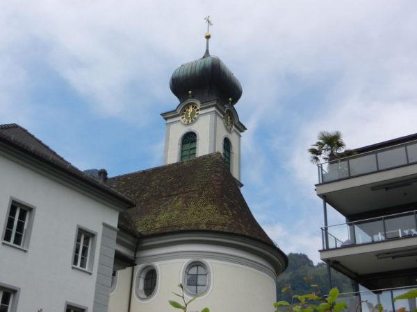Die Gersauer Pfarrkirche mit ihrem Zwiebelturm ist ein Schmuckstück mitten im Dorf.