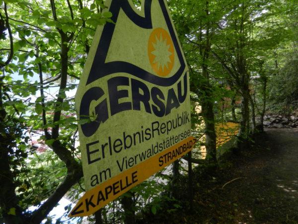 Hinter der Kapelle endet die Freie Republik Gersau — seit einiger Zeit eine Erlebnisrepublik...