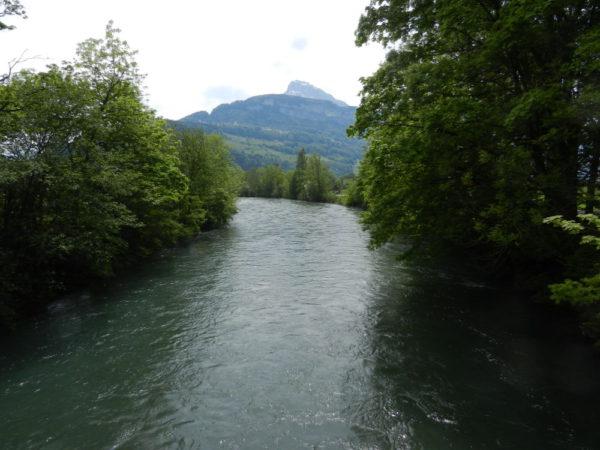 Die Muota fliesst durch den Schwyzer Talkessel (Swiss Knive Valley) und bei  Brunnen in den See.